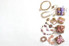 Комплект ювелирных изделий ` s женщин в винтажных серьгах цепи браслета жемчуга камеи ожерелья стиля на белой предпосылке Стоковые Изображения RF