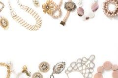Комплект ювелирных изделий ` s женщин в винтажных серьгах цепи браслета жемчуга камеи ожерелья стиля на белой предпосылке Стоковая Фотография
