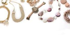 Комплект ювелирных изделий ` s женщин в винтажных серьгах цепи браслета жемчуга камеи ожерелья стиля на белой предпосылке Стоковое Изображение