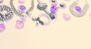 Комплект ювелирных изделий ` s женщин в винтажных серьгах цепи браслета жемчуга камеи ожерелья стиля на белой предпосылке Стоковые Изображения