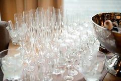 Комплект ясных и пустых стекел для алкогольных напитков на таблице Стоковая Фотография
