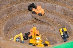 Комплект backhoe игрушки, работая в шахте стоковое изображение rf