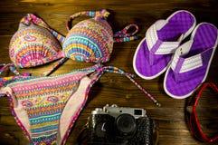 Комплект beachwear на деревянной предпосылке игрушка лета пасспорта праздника принципиальной схемы пляжа великобританская Стоковое Изображение RF