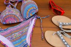 Комплект beachwear на деревянной предпосылке Стоковые Фотографии RF