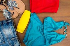 Комплект beachwear на деревянной предпосылке Стоковые Изображения RF
