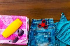 Комплект beachwear на деревянной предпосылке Стоковое Изображение