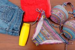 Комплект beachwear на деревянной предпосылке Стоковые Изображения