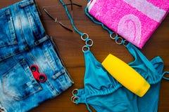 Комплект beachwear на деревянной предпосылке Стоковое Фото