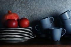 Комплект dinnerware и плодоовощей стоковая фотография rf