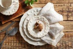 Комплект dinnerware на деревянном столе стоковые изображения rf