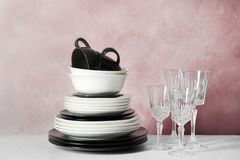 Комплект dinnerware на таблице против предпосылки цвета стоковые фото