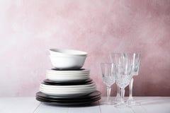 Комплект dinnerware на таблице стоковое изображение