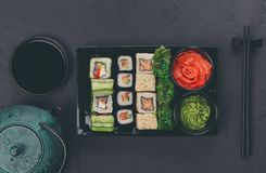 Комплект maki суш и крупного плана кренов в коробке поставки Стоковое Изображение