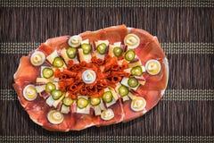 Комплект Meze блюда традиционной закуски гостеприимсва Серба смачный на темном Брайне переплел заплетенную бумажную циновку места Стоковое фото RF