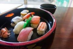 Комплект Nigiri был помещен в шаре и подаче Японии положите скумбрий в коробку еды японские вне сырцовый тип принимает 3 Стоковое Изображение