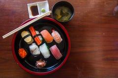 Комплект Nigiri взгляд сверху был помещен в шаре и подаче Японии положите скумбрий в коробку еды японские вне сырцовый тип приним Стоковое Изображение RF