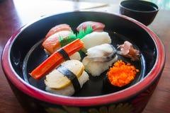 Комплект Nigiri помещен в стиле Японии шара сервировки положите скумбрий в коробку еды японские вне сырцовый тип принимает 3 Стоковые Фото