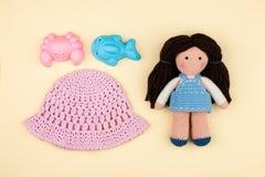 Комплект - ` s Панама детей, игрушки для песка, куклы amigurumi с коричневыми волосами Концепция каникул, игр в детском саде Стоковые Фотографии RF