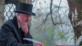 Композитор принимая перерыв пока пишущ стихотворение сток-видео