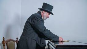Композитор приходит сыграть рояль сток-видео