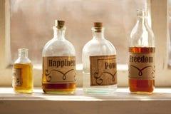 Компоненты аптеки рецепта счастливой жизни простые в concep phials Стоковые Изображения RF