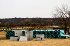 Компоненты канализационного резервуара сидя снаружи - на дисплее стоковая фотография rf