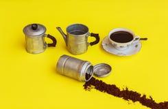 Компоненты кофеварки с наряду с чашкой вполне Стоковые Фото