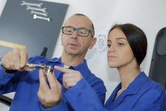 Компонент инженера подмастерья измеряя с микрометром стоковые фотографии rf