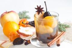 Компот от высушенных плодов и специй на зимнем времени рождества стоковые фотографии rf