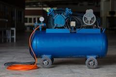 Компрессор воздуха поршеня используемый в фабрике стоковое фото rf
