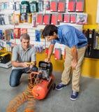 Компрессор воздуха семьи рассматривая в магазине стоковое изображение rf