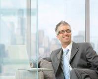 компьтер-книжка бизнесмена используя Стоковая Фотография
