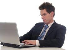 компьтер-книжка бизнесмена используя Стоковая Фотография RF