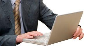 компьтер-книжка бизнесмена используя Стоковое Фото