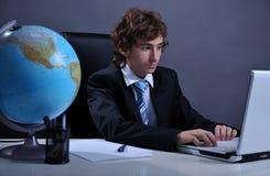 компьтер-книжка бизнесмена используя Стоковое Изображение RF