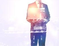 компьтер-книжка бизнесмена Стоковое Фото