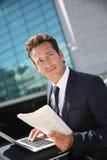 компьтер-книжка бизнесмена outdoors работая Стоковая Фотография
