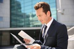 компьтер-книжка бизнесмена outdoors работая Стоковое Фото
