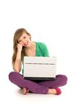 компьтер-книжка девушки используя стоковое фото