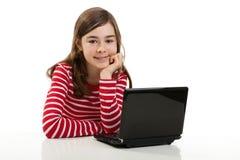 компьтер-книжка девушки используя Стоковые Фото