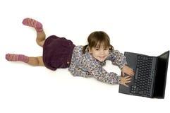 компьтер-книжка девушки немногая работая Стоковое Фото