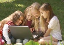 компьтер-книжка девушок используя стоковые изображения rf