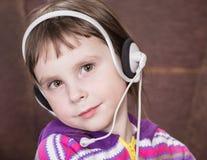 компьтер-книжка девушки используя стоковое фото rf