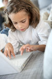 компьтер-книжка девушки немногая печатая на машинке Стоковое Фото