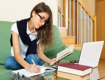 компьтер-книжка девушки домашняя используя детенышей стоковые изображения rf