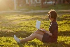 компьтер-книжка девушки Стоковое фото RF