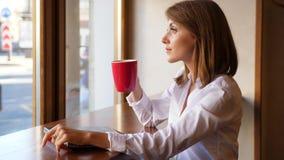 Компьтер-книжка женщины близкие и кофе питья акции видеоматериалы