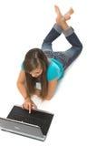 компьтер-книжка используя детенышей женщины Стоковые Фото