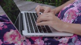 компьтер-книжка используя женщину сток-видео
