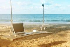 Компьтер-книжка и вид на море чашки кофе Стоковая Фотография RF
